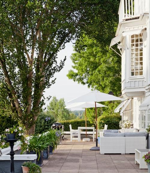 På den underbara altanen finns både loungemöbler och en matgrupp. Perfekt för sommarkvällar med grillmiddagar.