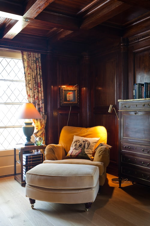 De blyinfattade fönstren, Howardfåtöljen och all mahogny ger det mysiga rummet en engelskinspirerad atmosfär.