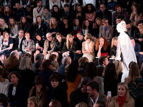 Anna Wintour bedömer säsongens trender under en modevisning.
