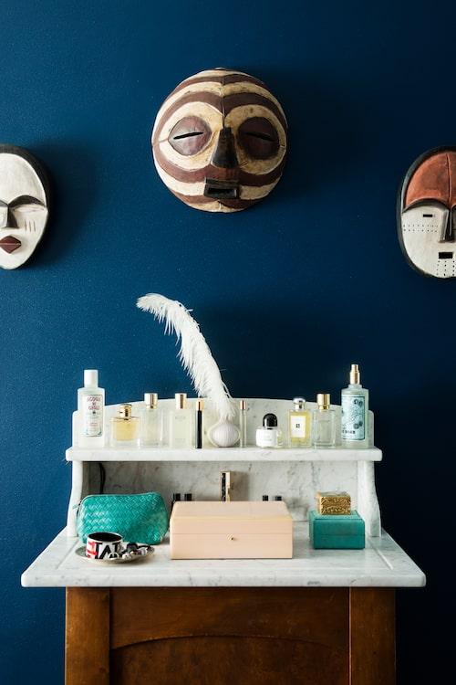 Kommoden i sovrummet är vintage. Maskerna är från Kenya.