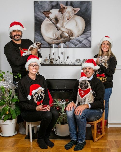Varje jul tar hela stjärnfamiljen ett gemensamt julfoto som de skickar ut till vänner och bekanta. (Josephine syns uppe till höger)