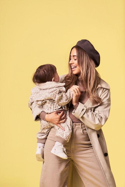 Kenza och hennes modell-son Nikola iklädd Kenza x Kuling-kollektionen.