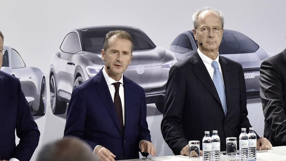 Volkswagens koncern-vd Herbert Diess, till vänster, vill få stöd av ägarfamiljen.