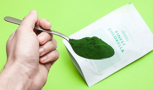 Ordet Chlorella betyder liten grön, vilket är passande eftersom det är den växt som innehåller mest klorofyll av alla växter i världen.