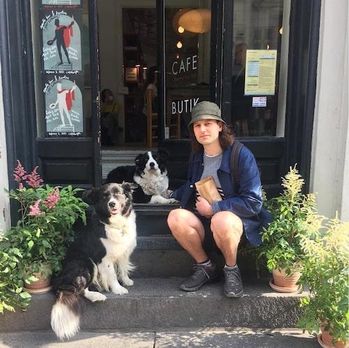 Frederik med sin älskade hund som han har med sig överallt.