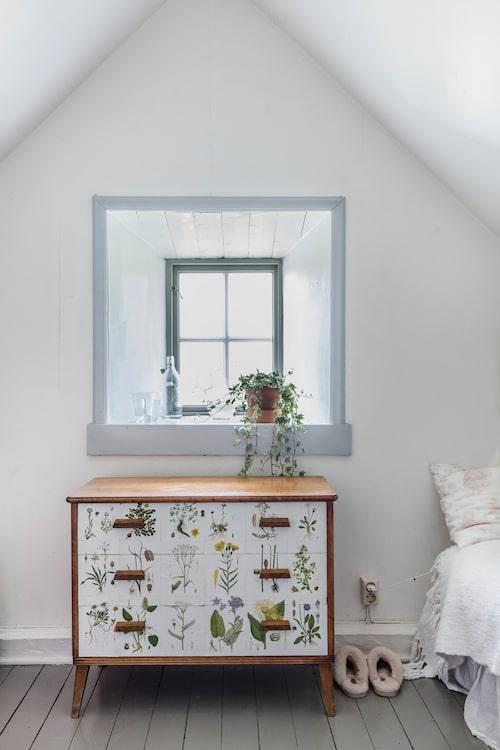 """Barnen Lovis och Charlie delar rum i torpet, här står en vacker """"blomsterbyrå"""" som Karin köpt på Memo Antik i Visby. Påslakan från H&M Home."""