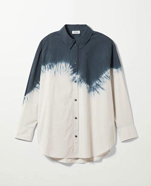 Batikmönstrad skjorta.