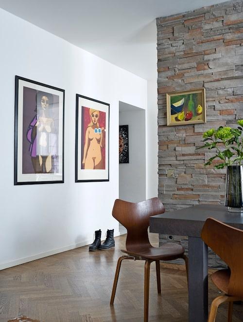 På den vita väggen sitter två litografier av Lars Norrman, stillebenet på stenväggen målade Anders mamma Inga-Maria Näslund. Men bootsen på golvet är Andreas verk: Rugged boot från Reschia shoes. Arne Jacobsens Hammer chair i teak är 60-tals-original köpta på dansk auktion.