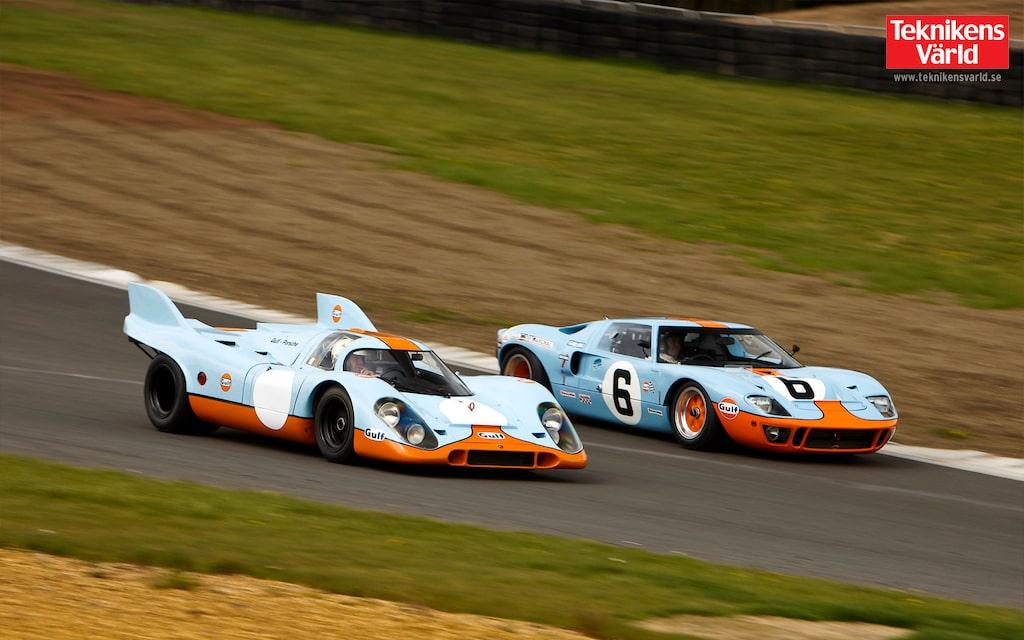 Gulf-färgerna har prytt många bilar. Dessa båda racingikoner är de mest kända – Porsche 917 och Ford GT40.