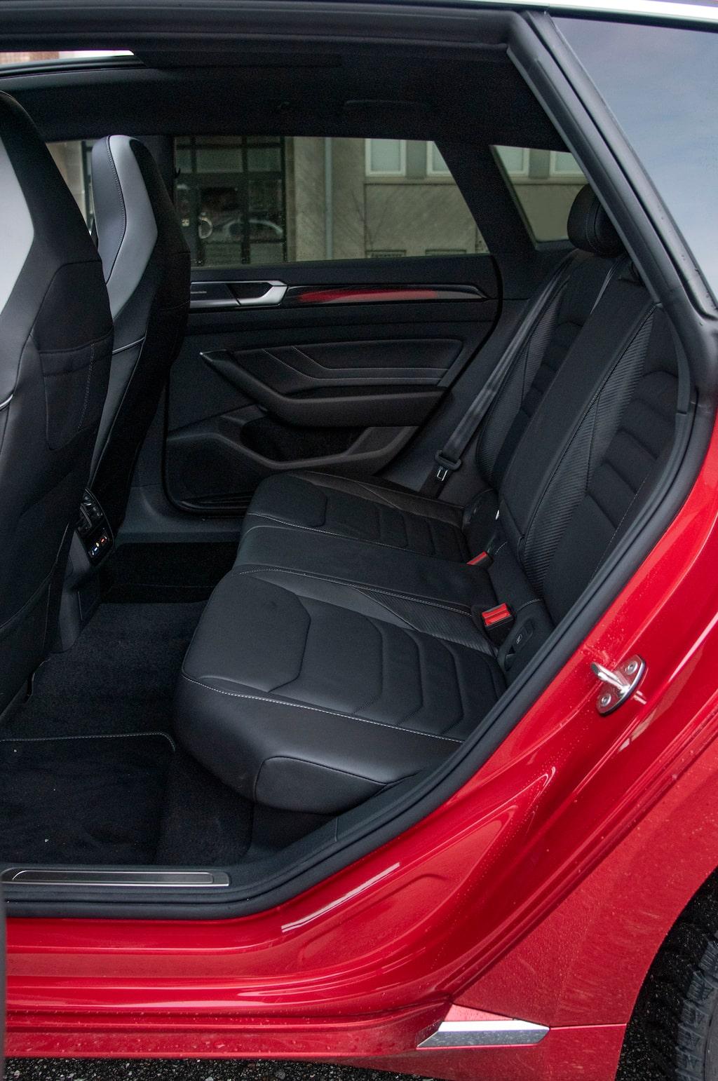 Bra utrymme i baksätet och bra komfort även vid längre resor. Lägre takhöjd än i exempelvis Passat.