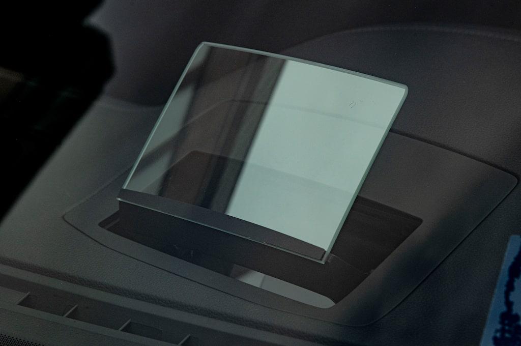 Head-up-display med glasskiva som höjs upp ur instrumentpanelen är inte så bra.