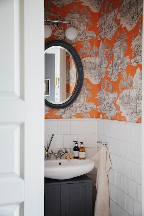 Gästtoaletten är en färgklick klädd med toilede-jouy-tapet från Manuel Canovas.