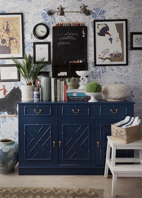 Vintage faux bamboo-skänk målad i Stiffkey blue från Farrow & Ball.