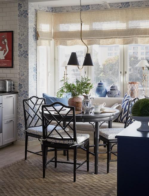 Hissgardiner i naturfärgat linne, lampa, Madam Stoltz, stolarna i faux bamboo är vintage, soffan specialbeställdes från Bohem, mattan är en semiantik kelim.