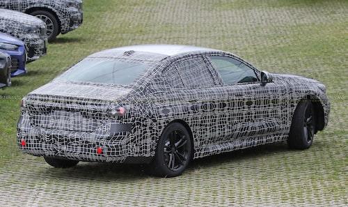 En styck BMW G60 med bensin- eller dieselmotor under huven.