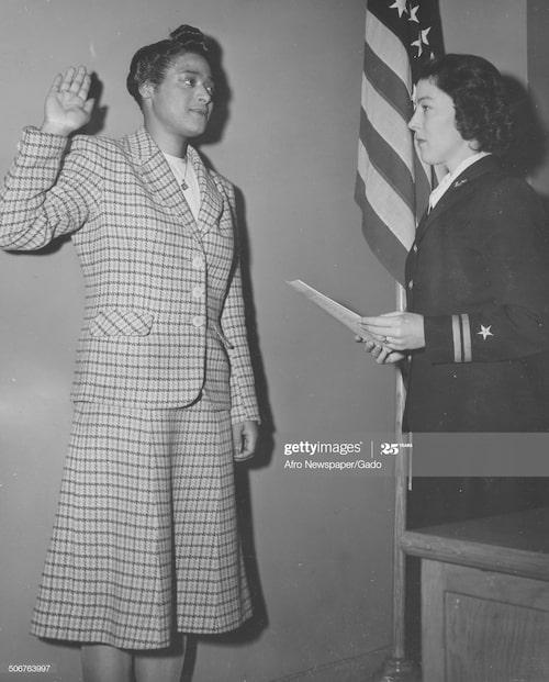 Harriet Ida Pickens svärs in i USA:s armé 1944.