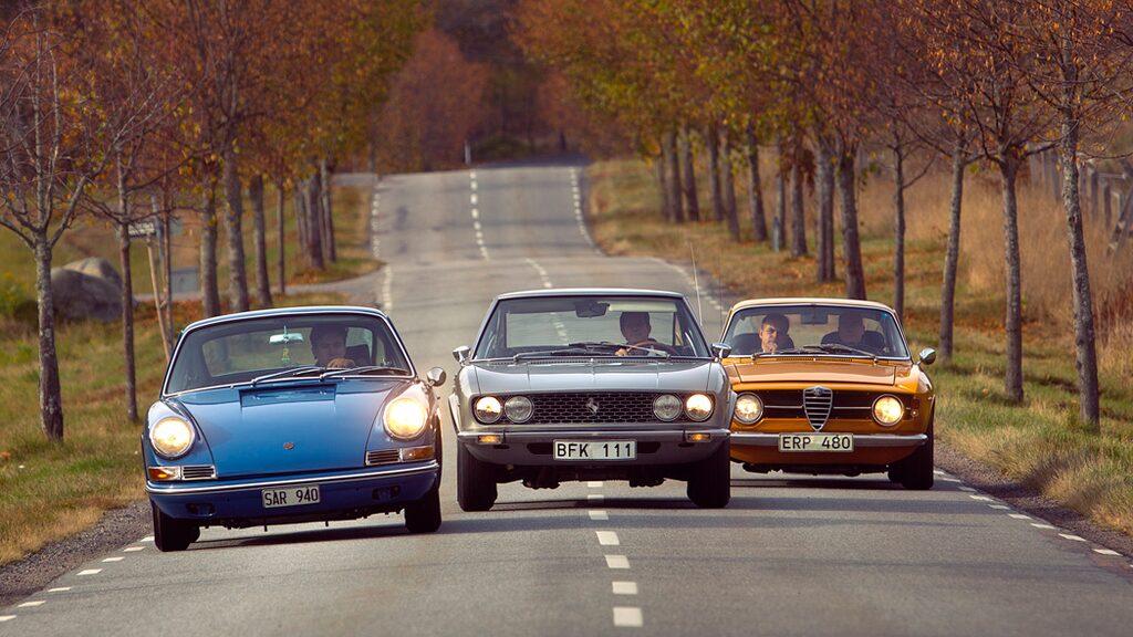 Tre klassiker en varm oktobersöndag.  Fiat Dino har kvar originalhöjden, flankerad av två sänkta karosser.