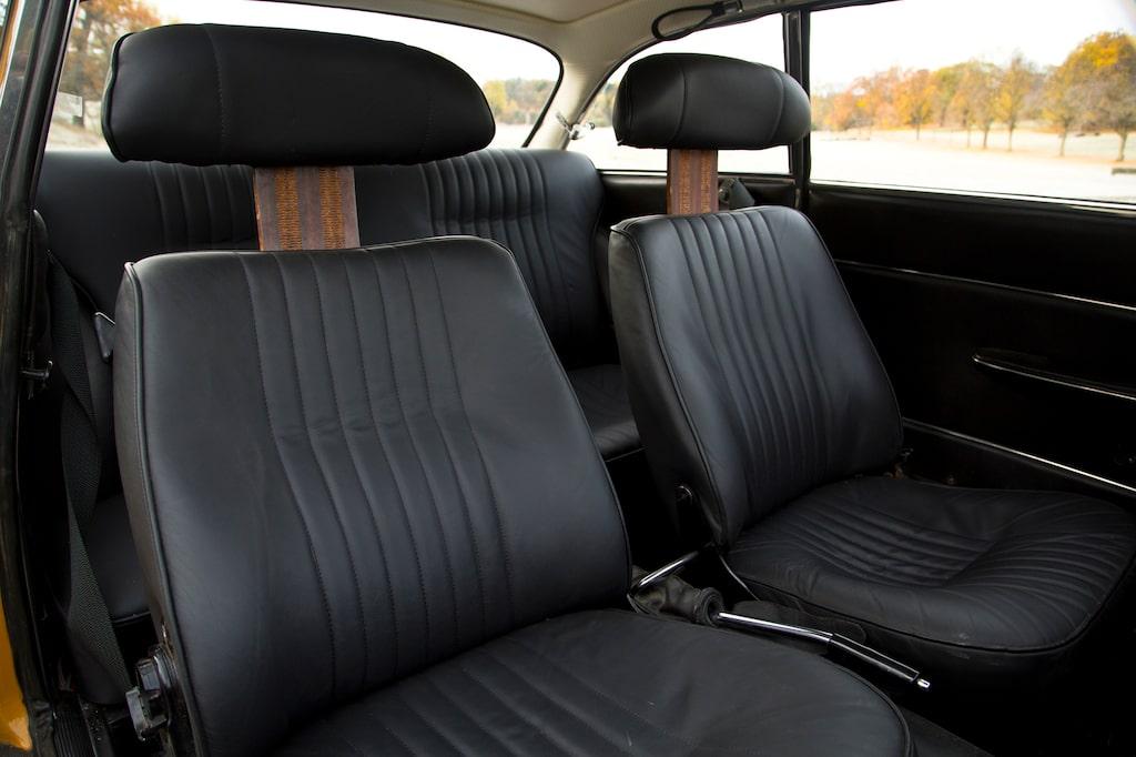 Skinnklädda stolar är en lyx som kom till när stolarnas skulle kläs om. Varför göra det i vinyl när man kan göra det i läder? Nackskydd var inte vardag 1970.