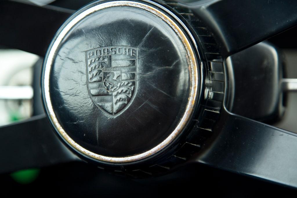 Porsche-emblemet, här präglat i ratten, har suttit på alla Porsche sedan 1952. Hästen står för kraft, färgerna är delstaten Baden-Württembergs.