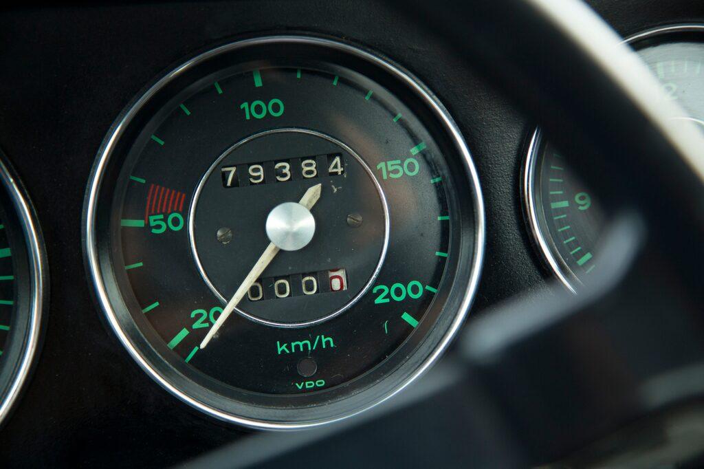 Tidlöst, pragmatiskt. Den lär vara god för 185 km/h med sin lätta kaross, designad av Ferry Porsche Jr. Femväxlad låda är tillval, skönt på långtur.