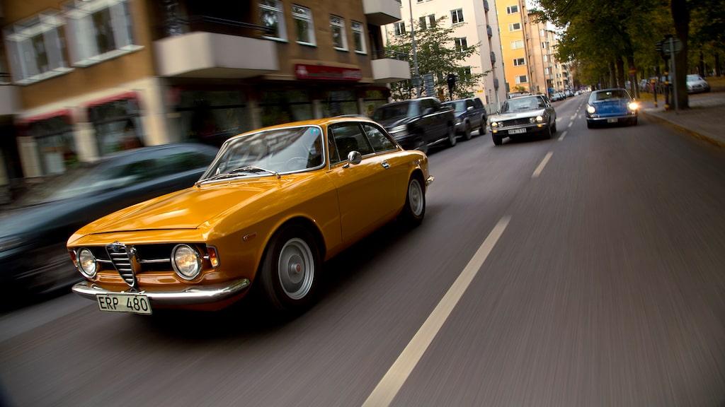 Alfa GT 1300 Junior känns igen på att grillen bara har en enda kromrand. Osthyveln på huven fanns på alla coupéer från början, och behölls längst på 1300.
