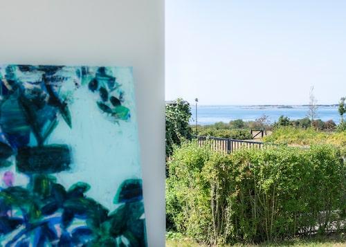 """Utsikten från Agnetas vardagsrum mot Hallands Väderö och Kattegatt. """"Det är bara att cykla rakt ner över ängarna till havet och den lilla privata bryggan."""""""