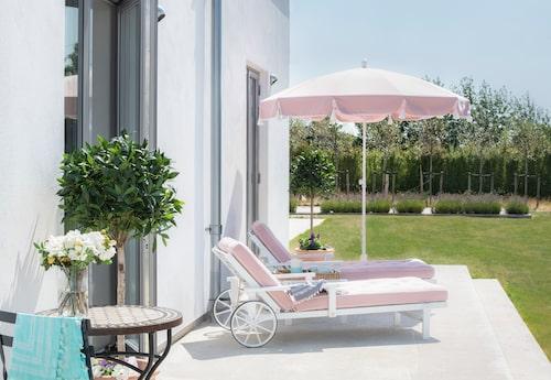 På en rosa solstol i skuggan av ett rosa parasoll brukar Agnetas ta sin eftermiddagssiesta.