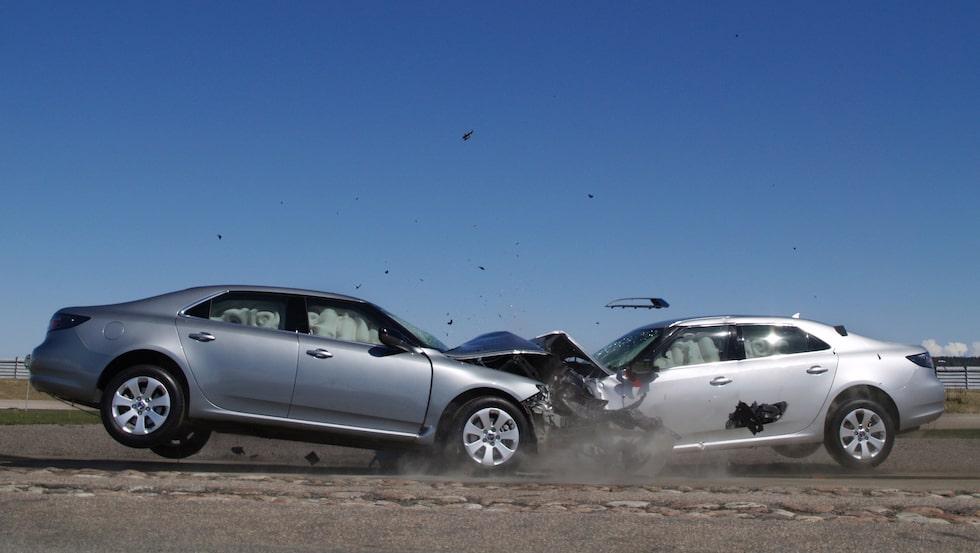 """Andra generationen Saab 9-5 krocktestades av amerikanska IIHS under 2011 och fick högsta säkerhetsbetyg samt titeln """"Top Safety Pick"""". Tyvärr fick inte speciellt många bilförare färdas säkert bakom ratten i denna Saab då den svenska biltillverkaren gick i graven bara några få månader efter detta krocktest."""