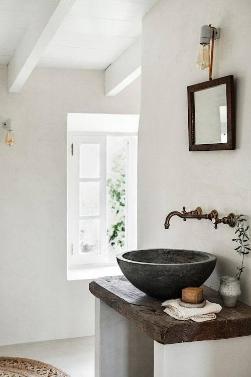 Blandarna är vintage, handfatet är platsbyggt med en gammal trästock som skiva på underredet.