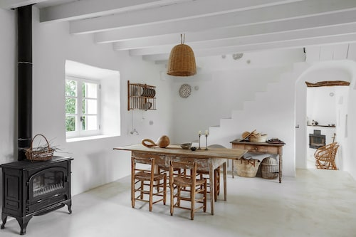 Köksmöblerna är alla vintage, föremålen på bordet är alla kära ägodelar med sina egna historier. Få, men kära saker tycker Mercedes om att omge sig med. Keramikern Jaume Roig har gjort tallrikarna i tallriksstället på väggen.