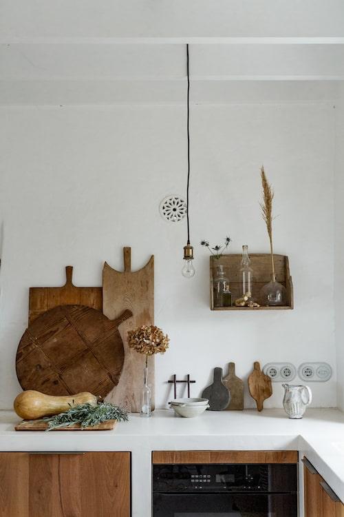 Rustika detaljer ger det moderna köket känslan av en gammal finca.