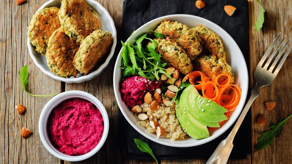 Olika varianter av biffar går att göra av det mesta, till exempel kikärtor. Frys gärna in för att snabbt och enkelt tillaga en god och hälsosam bowl.