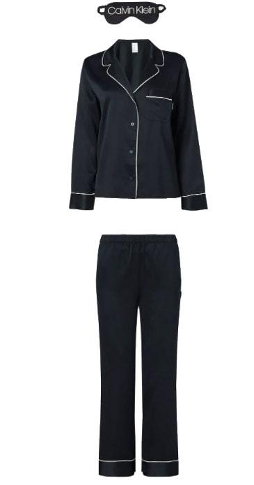 Pyjamas med sovmask från Calvin Klein. Klicka på bilden och kom direkt till setet.