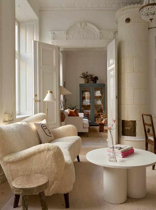 Fårskinnssoffan är vintage, formgiven av Flemming Lassen och köpt i Köpenhamnsbutiken Klassik som är specialiserad på nordisk design från 30- till 70-tal. Kudde från H&M Home. Lovisa Häger har gjort soffbordet, och pallen är formgiven av Andreas Fornell, som tidigare skapat inredningen till Acne studios butiker.