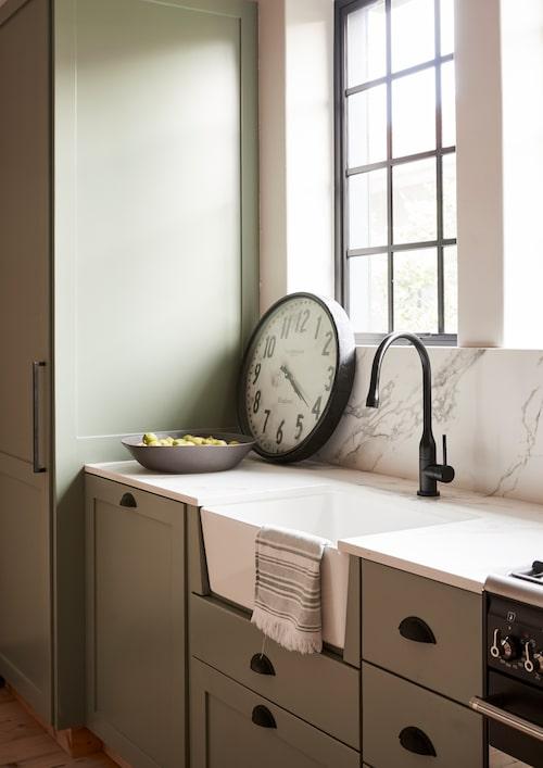 Det ska vara praktiskt också. Kökshon i gammal stil har försetts med modern svart blandare. Bänkskiva och stänkskydd av kompositmaterialet Dekton som liknar marmor men är tåligare och mer lättskött.