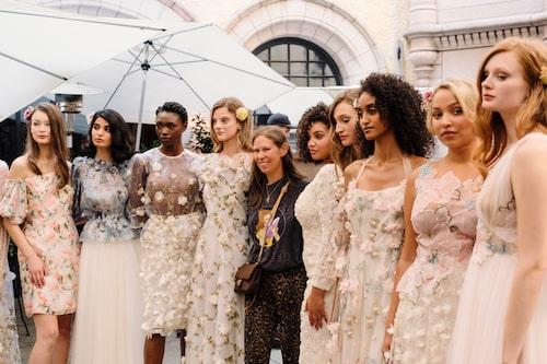 Ida Sjöstedt omgiven av sina modeller under vår- och sommarvisningen 2022 på Hallwyska palatset i Stockholm i september 2021.