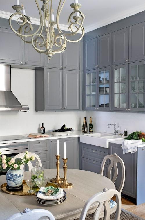 Ett kök från Ikea som platsbyggts och anpassats smälter sömlöst in i inredningen.