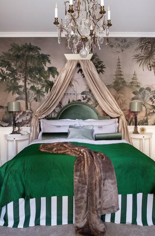 Tältet i tapetmotivet ekar i sängkappan som är sydd av kraftigt väderbeständigt tälttyg.
