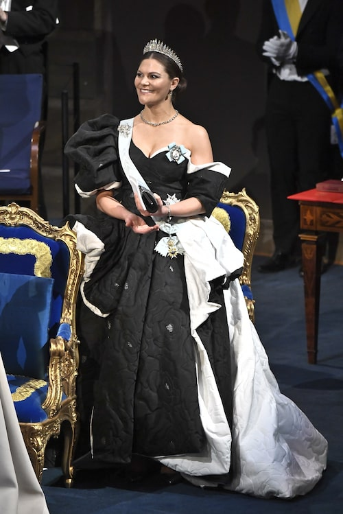 Kronprinsessan Victoria i klänning designad av Selam Fessahaye under Nobel 2019.