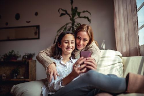 Som föräldrar behöver vi tänka på vad vi säger och gör inför våra barn. Hur vi pratar om oss själva men också om andra. Barn och ungdomar är som små seismologer, de känner av allt och chansen är god att de påverkas av våra beteenden.