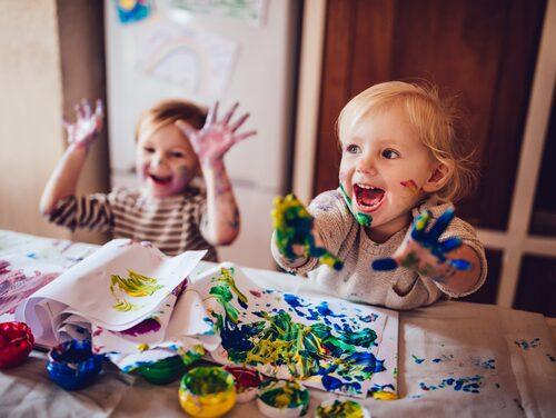 De flesta barn har egna extrakläder, men när föräldrar har glömt att uppdatera lådan är det bra om förskolan kan erbjuda rent och torrt.