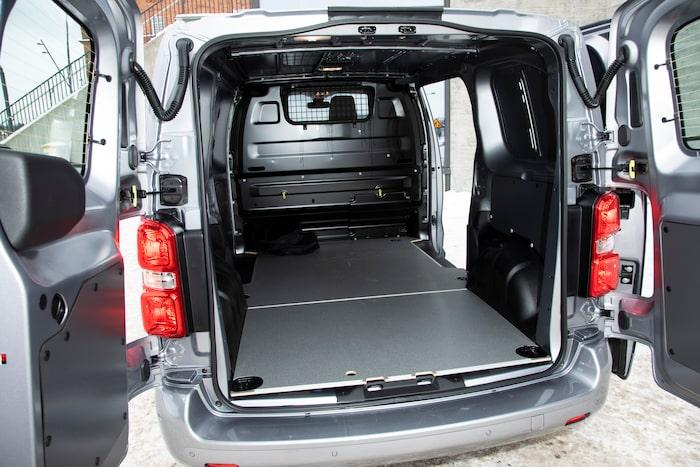 Lastytan är till synes opåverkad av 534 kg batteri som ligger under golvet. Kablar får plats i egen lucka.
