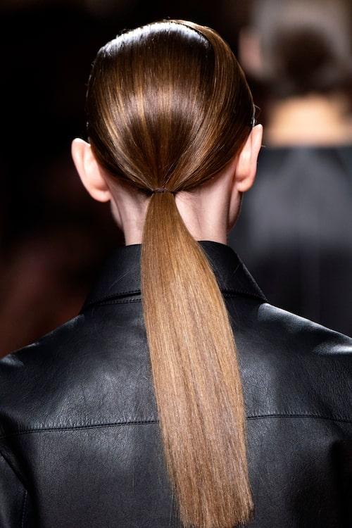 Stram tofs hos Hermès – en perfekt festfrisyr (eller räddare av dåliga hårdagar!)