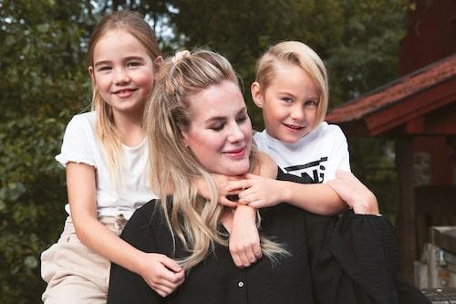 Elin är tacksam över att barnen Stella och Cornelis är så stora att de förstår när hon behöver vila.