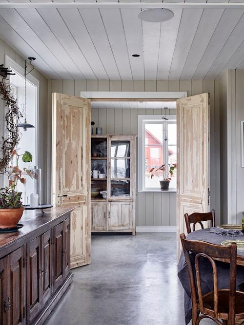 Innanför köket finns ett rum som används som skafferi. Pardörrarna är återbruk från Form och Interiör Falkenberg. Fönsterlampa, Strömshag.