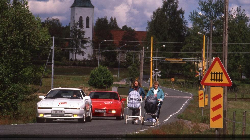 Både Toyota Supra och Porsche 944 hade tidstypiska pop-up-strålkastare. Oftast nedfällda.
