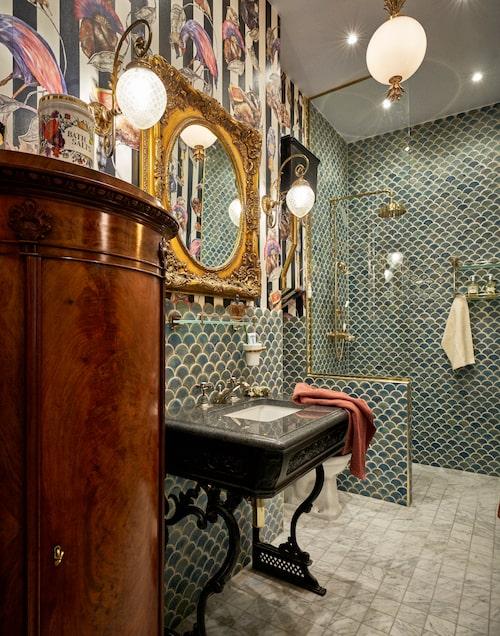 Pontus har placerat fåglar även på toaletten via tapeten från House of Hackney. Grönblått kakel Fiskfjäll, Stiltje. Runt kolonnskåp samt armaturer från Bukowskis. Spegel, Auktionsverket. Tvättställ med granitskiva, Burlington bathrooms. Vitt marmorgolv, Kakelspecialisten.