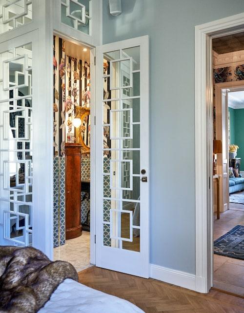 Lönndörr in till badrummet, när dörren stängs glider den ihop med resten av garderoberna. Gästtoaletten har slagits ihop med badrummet.
