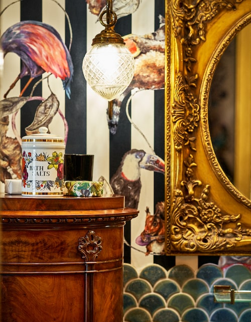 Ovanpå kolonnskåpet, badsaltsburk, Fornasetti från slutet av 50-talet, bredvid en fint förpackad tvål. Lampa och spegel inropade på Bukowskis respektive Auktionsverket.