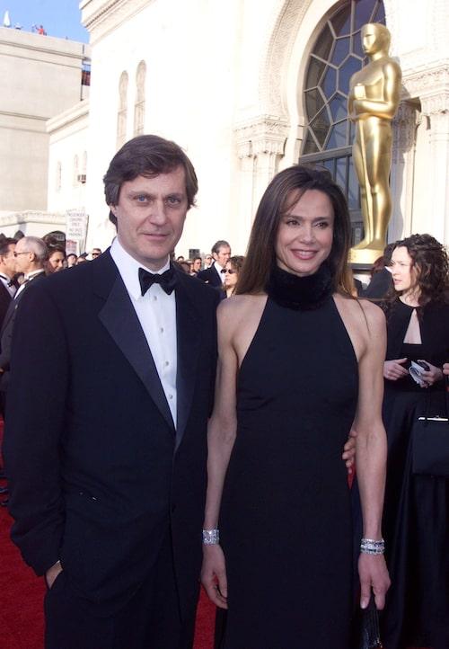 Svenska powerparet Lasse Hallström och Lena Olin i elegant svart på Oscarsgalan 2000.